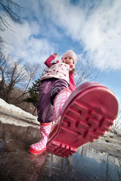 Bis zu drei Schuhgrößen wachsen Kinderfüße pro Jahr.  | Foto: Beznika - stock.adobe.com