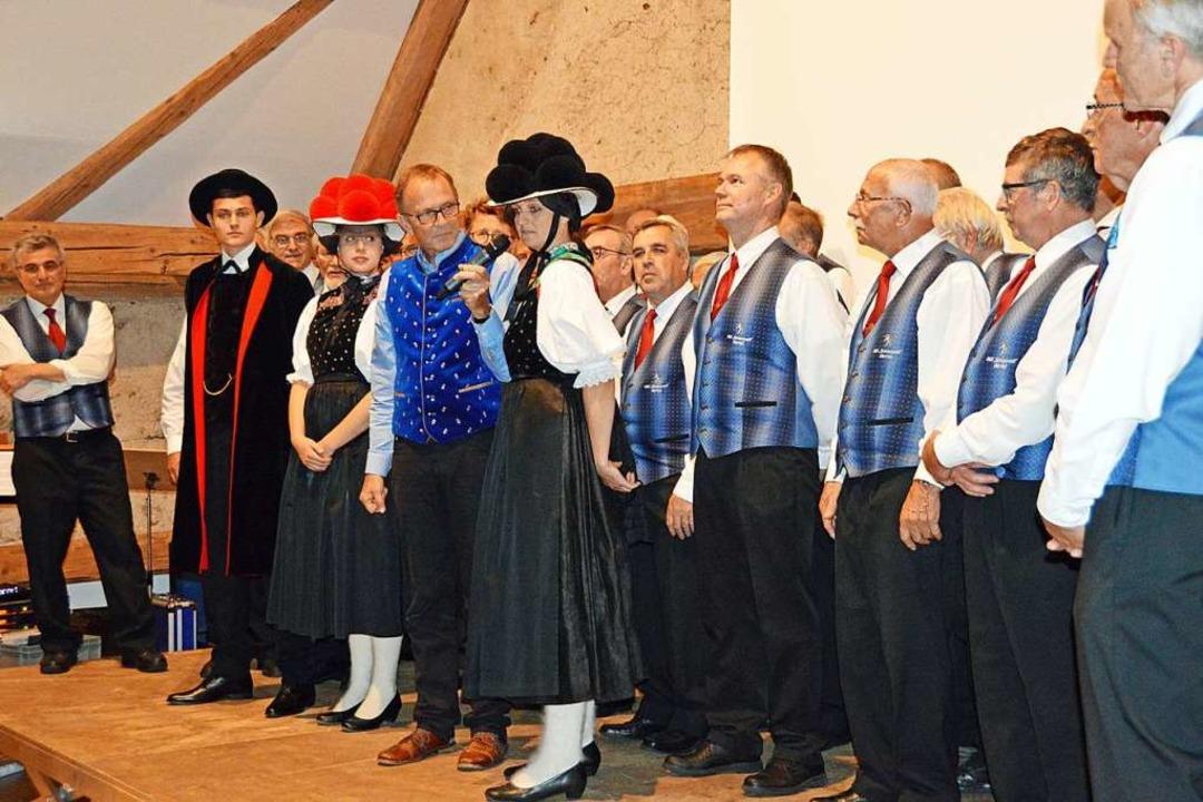 Moderator Klaus Gülker ließ sich auf der Bühne die Gutacher Tracht erklären.  | Foto: Gerhard Lück