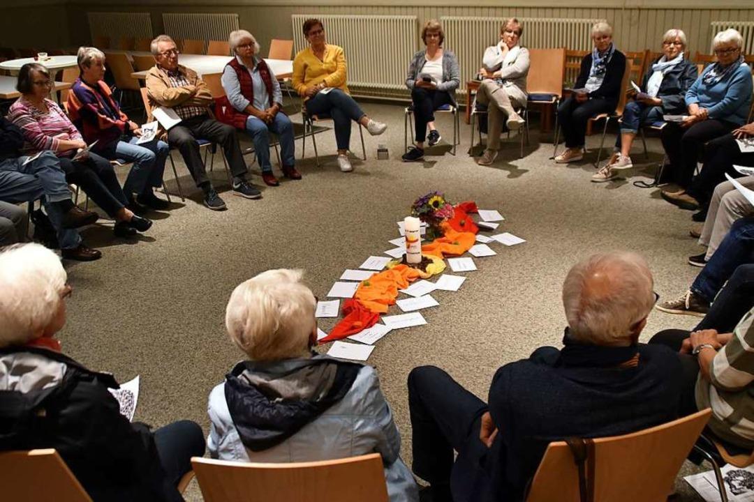Die Frauen und Männer der Aktionsrunde...e Unterschriftenliste für den Bischof.    Foto: Barbara Puppe
