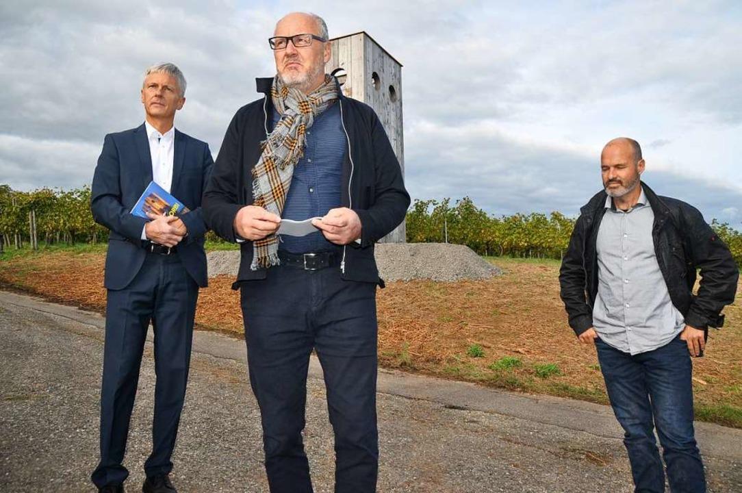 Der Kunsthistoriker Markus Ewel (Mitte...chts) und Bürgermeister Michael Benitz  | Foto: Rainer Ruther