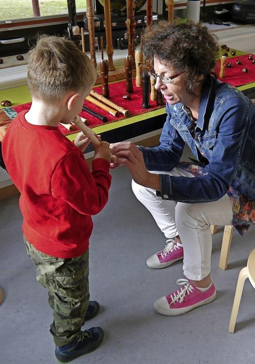 Ursula Oberle zeigt einem Jungen die Blöckflöten.   | Foto: Sophia Kaiser