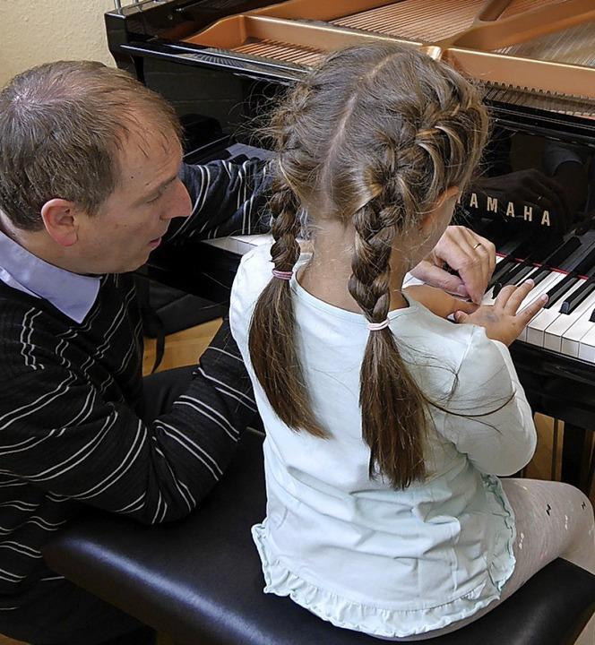 Klavierlehrer Michael Donkel zeigt sein Instrument.  | Foto: Sophia Kaiser