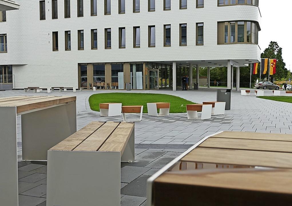 Rund um die Schule gibt es verschiedene Sitzgelegenheiten.    Foto: Frank Schoch