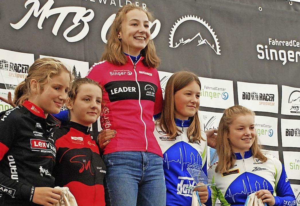 Die MTB-Cup-Gesamtwertung bei den Schü...(zweite von rechts) und Tinka Lickert.  | Foto: Ruoff