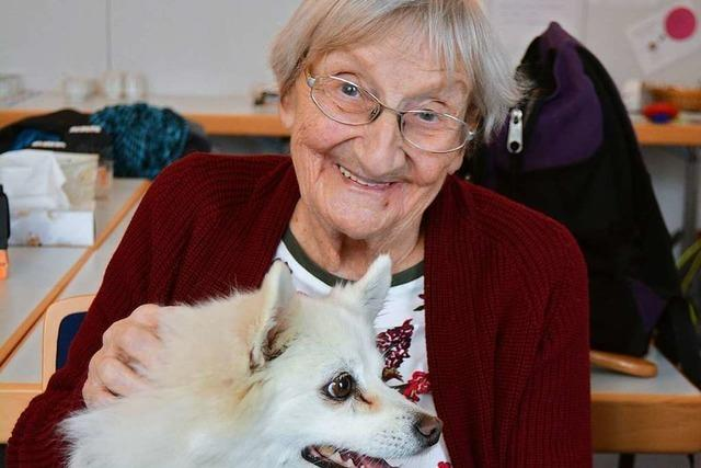 Warum die Demenzgruppe in Grenzach-Wyhlen Besuch von Hundedamen bekommt