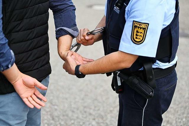 Betrunkener Radfahrer spuckt in Lörrach einen Polizisten an