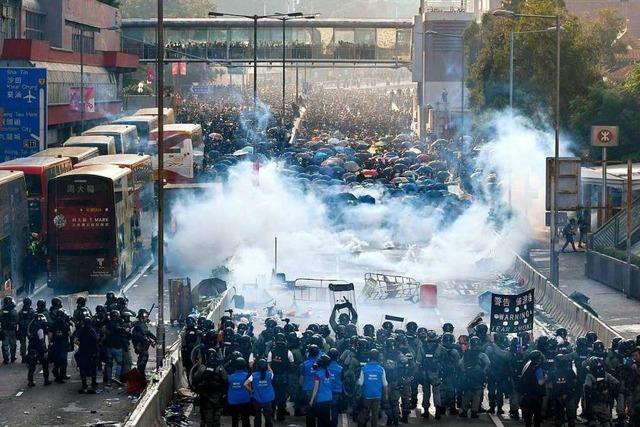 Schwere Zusammenstöße in Hongkong überschatten Nationalfeiertag