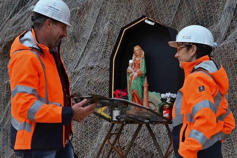 Tunnelbauleiter Isidor Moser und Tunnelpatin Marita Schmieder setzen die geweihte Barbara-Statue in den Bergmannsaltar ein. (Foto: Nikolaus Bayer)