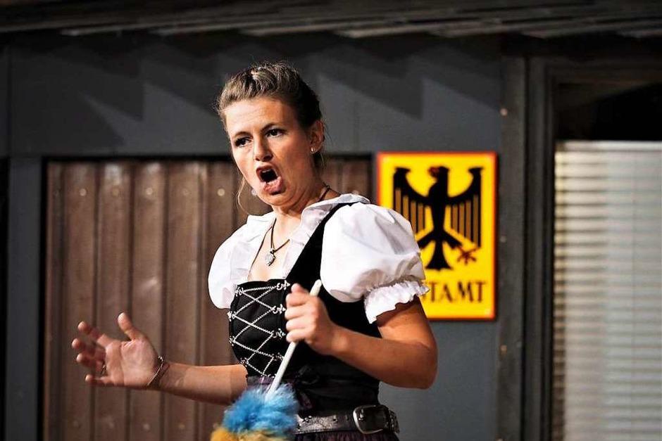 Wirtin Berta (Stefanie Saier) in ihrem Element. (Foto: Susanne Gilg)