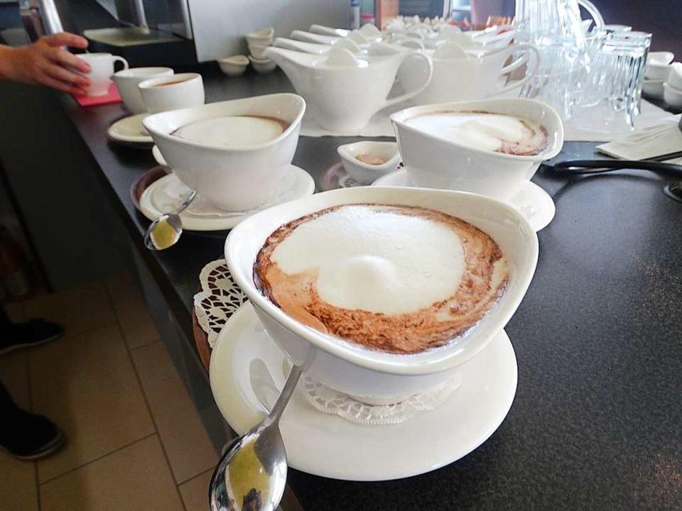 Im Café Naschwerk wird das Heißgetränk in schönen Schalen serviert.  | Foto: Silas Schwab