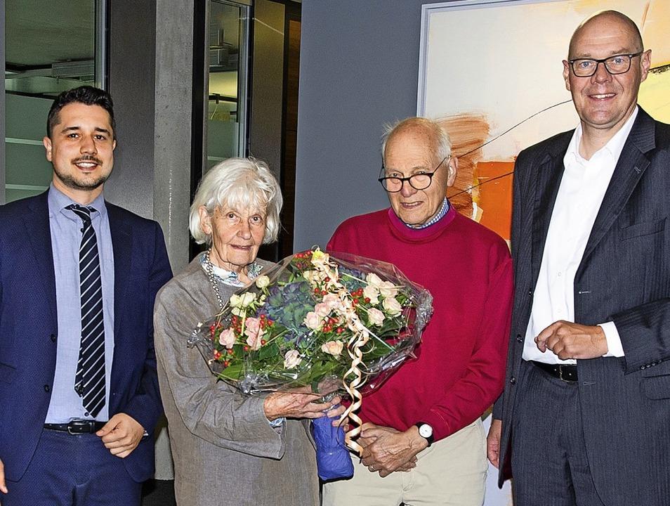 Samuele Caporale (Filialleiter Binzen,...rechts) mit dem Gewinner-Ehepaar Jung   | Foto: Volksbank