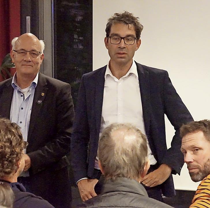 Alexander Schoch (links)  von Bündnis ...m Vortrag nach Herbolzheim gebracht.    | Foto: Ilona Huege