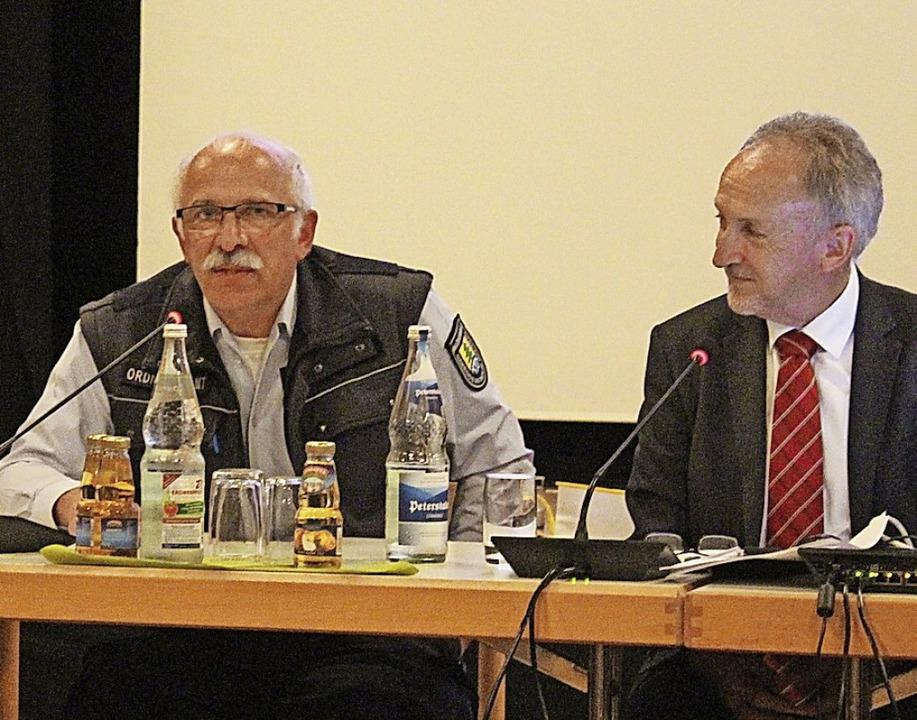 Der Gemeindevollzugsbedienstete Hubert.... Rechts Bürgermeister Urban Singler.   | Foto: Karin Heiß