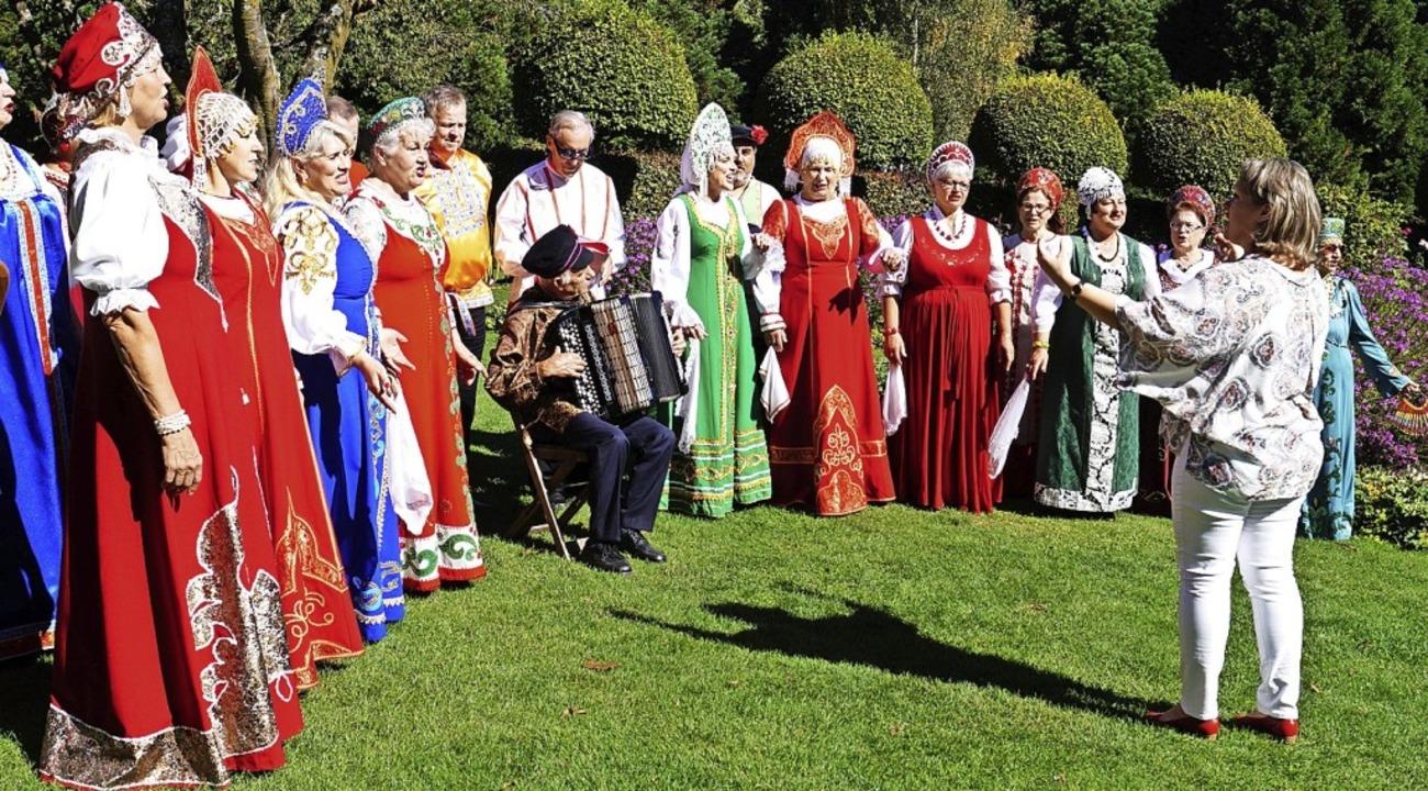 Ohrenschmaus und Augenweide: der russische Chor Echo aus Lörrach  | Foto: Silke Hartenstein