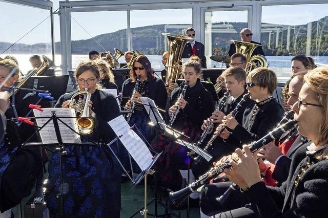 Musiker spielen auf dem Deck