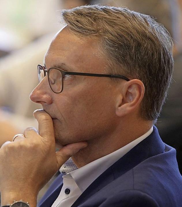 Markus Ibert verfolgt am Wahlabend  gespannt die Ergebnisse der Auszählung.  | Foto: Christoph Breithaupt