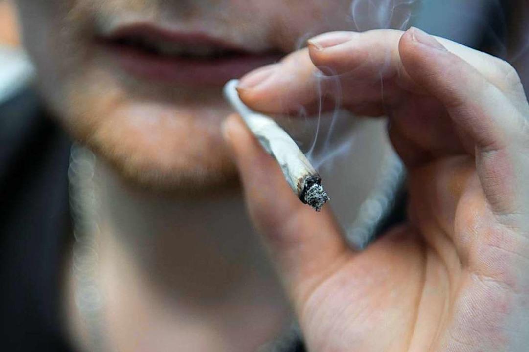 Jede Droge, so auch Cannabis, ist mit ...herapeut Robert Bischoff (Symbolbild).  | Foto: Jörg Carstensen (dpa)