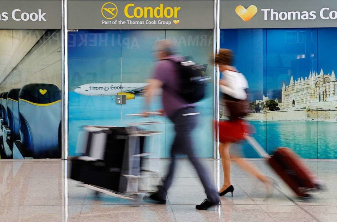 Cook-Werbung an einem Flughafen  | Foto: Clara Margais (dpa)