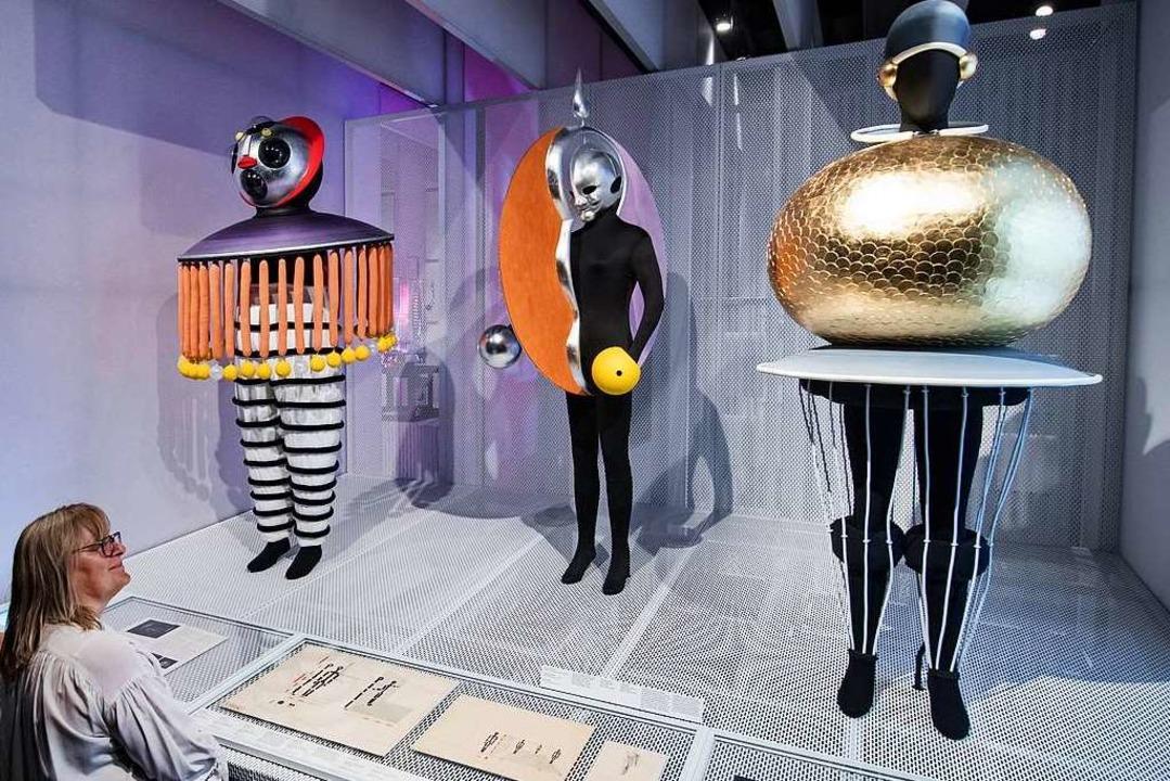 Kostüme für das Triadische Ballett des... Bauhaus-Museum ebenfalls ausgestellt.  | Foto: Hendrik Schmidt (dpa)
