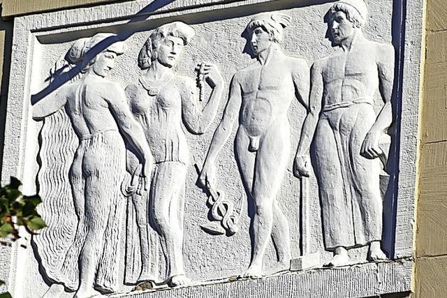 Handwerker und Adlige ganz klassisch in Stein gemeißelt