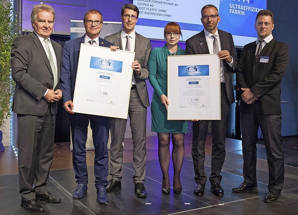 Bei der Urkundenverleihung (von links)...Ivan Bogdanov vom Fraunhofer Institut.  | Foto: um.baden-wuerttemberg/Martin Stollberg