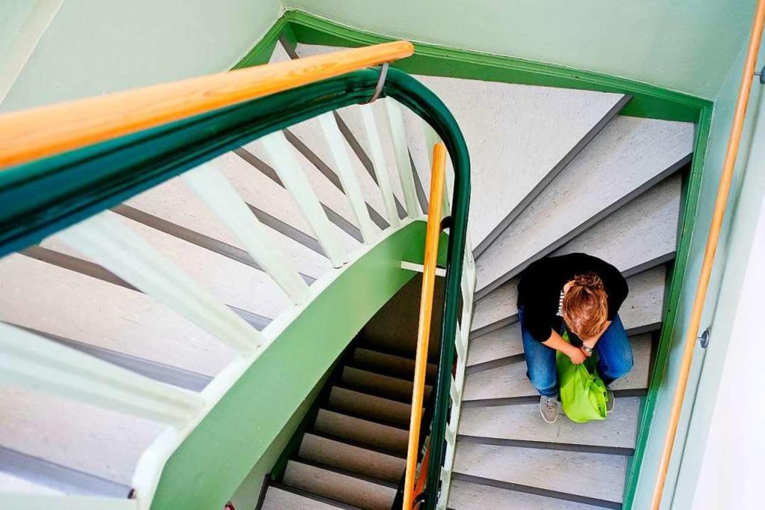 Eine Frau sitzt auf einer Treppe und w... mit niedrigen vierstelligen Beträgen.  | Foto: Peter Steffen