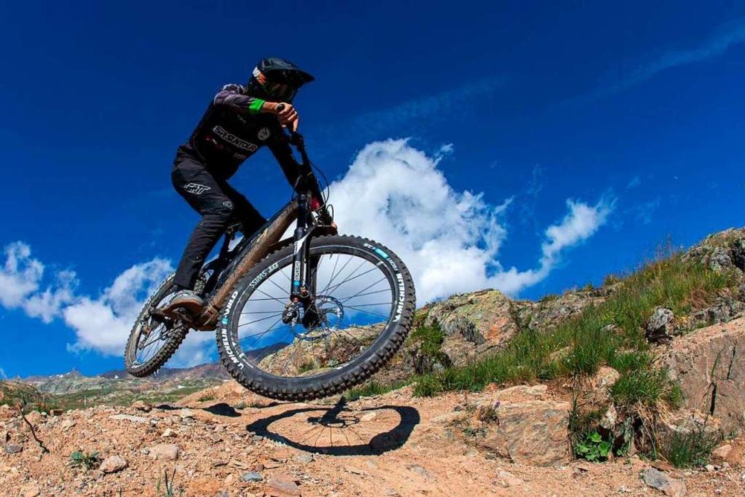 Auf dem Mountainbike rasant bergab fah... Downhill-Weltcup im Rollstuhl sitzt.   | Foto: promo