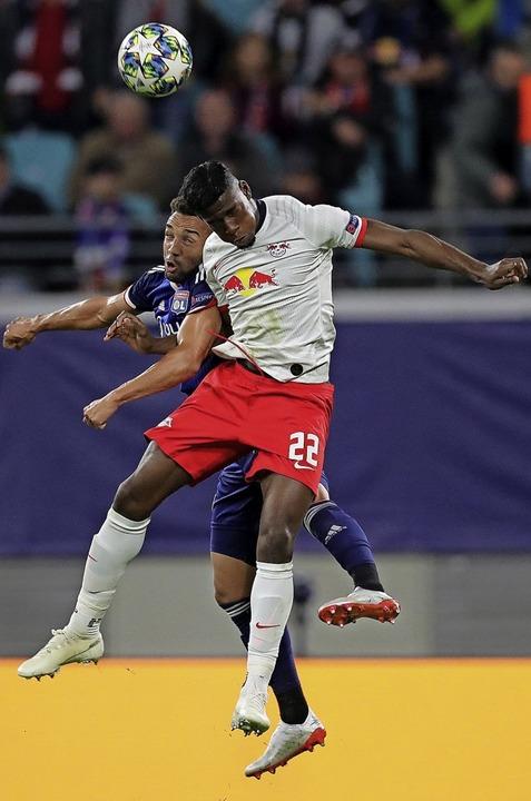 Leipzigs Spieler Nordi Mukiele (rechts) im Kopfballduell  mit  Marçal  | Foto: Jan Woitas (dpa)