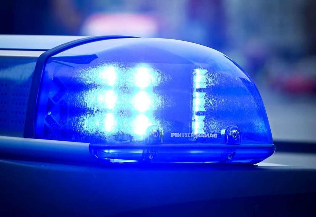 Die Polizei ist am Freitagmorgen auf d...tz, um gefährliche Stellen zu sichern.  | Foto: Patrick Pleul