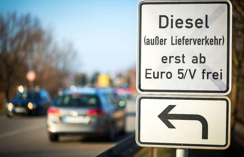 Bisher haben ältere Diesel in Stuttgar...h Euro-5-Diesel ausgeschlossen werden.  | Foto: Christoph Schmidt (dpa)