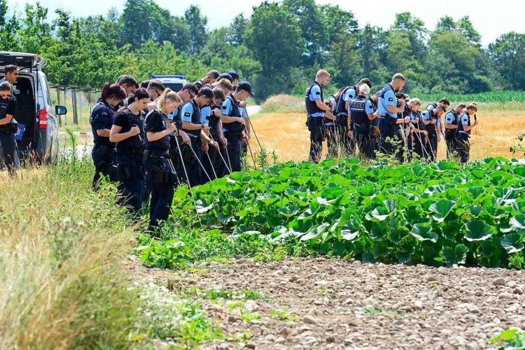 Am Tag der nach den tödlichen Schüssen...grenzenden Feldern nach Beweismitteln.  | Foto: Ingo Schneider
