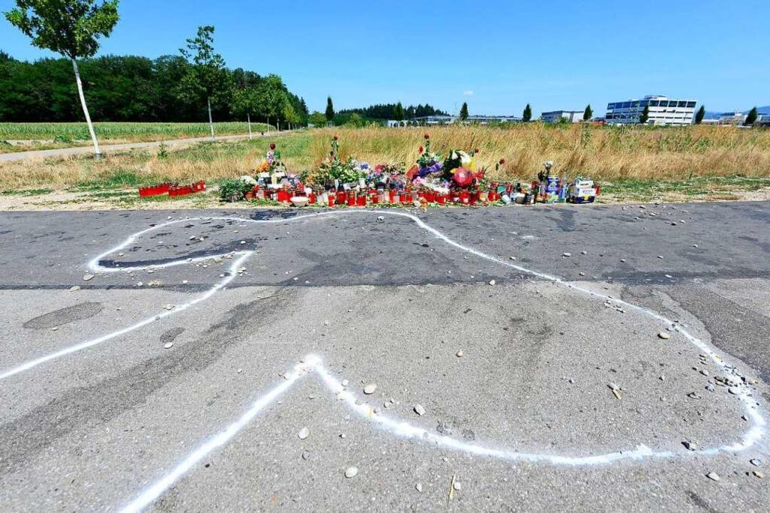 Mit Blumen, Kerzen und Alkoholika geda...d Verwandte des getöteten 24-Jährigen.  | Foto: Ingo Schneider