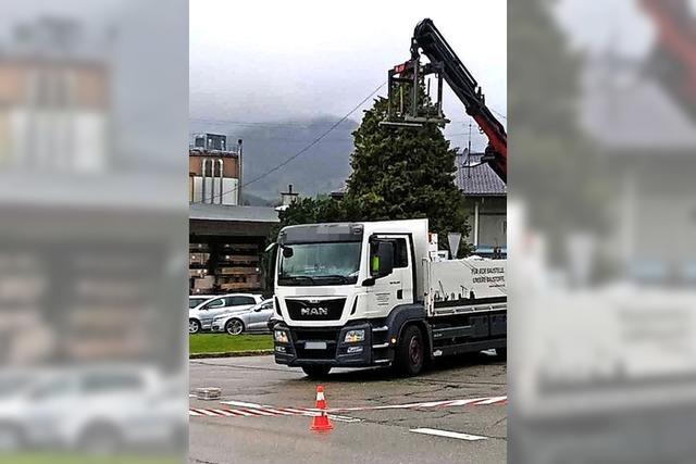Lastwagen reißt Stromleitung ab