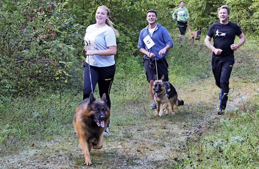 Die Teilnehmer gingen mit ihren Hunden an den Start.  | Foto: Jutta Geiger