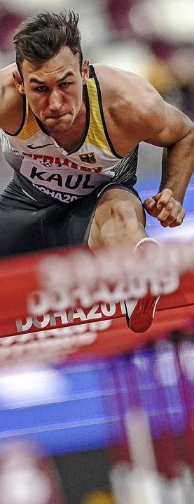 Vielseitig: Niklas Kaul beim Hürdenlau...hließenden 1500-Meter-Lauf (von links)  | Foto: Michael Kappeler (dpa)