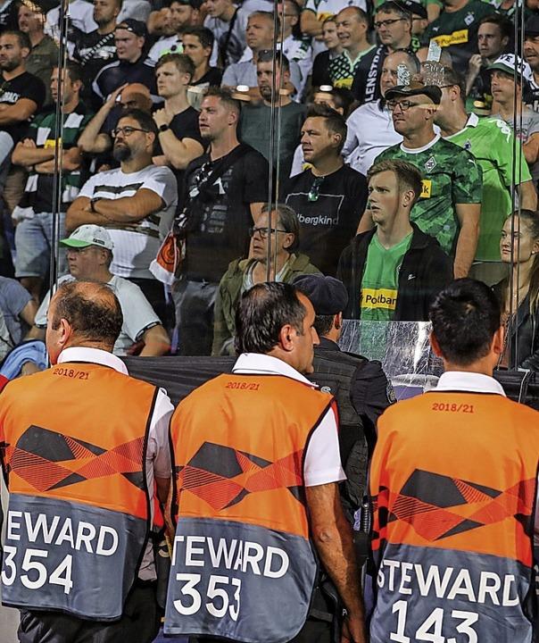 Fans aus Mönchengladbach stehen im Gästeblock im Basaksehir-Fatih-Terim-Stadion.    Foto: Friso Gentsch (dpa)