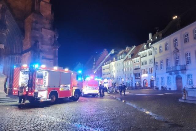 Flammen schlugen meterhoch aus Dachstuhl am Freiburger Münsterplatz