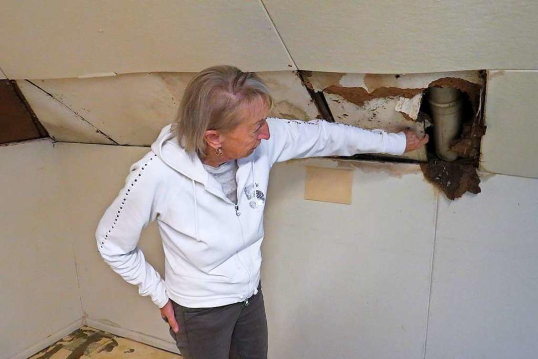 AWO-Kreisvorsitzende Hannelore Nuß zeigt, wo das Wasser eindrang.  | Foto: Claudia Gempp