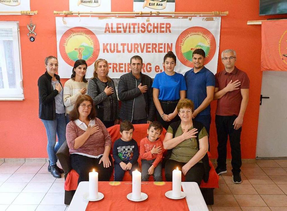 Beten mit der Hand auf dem Herzen &#82...lieder des alevitischen Kulturvereins.  | Foto: Ingo Schneider