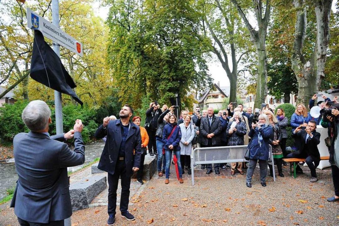 Die Bürgermeister enthüllen das Schild  | Foto: Hans-Peter Müller