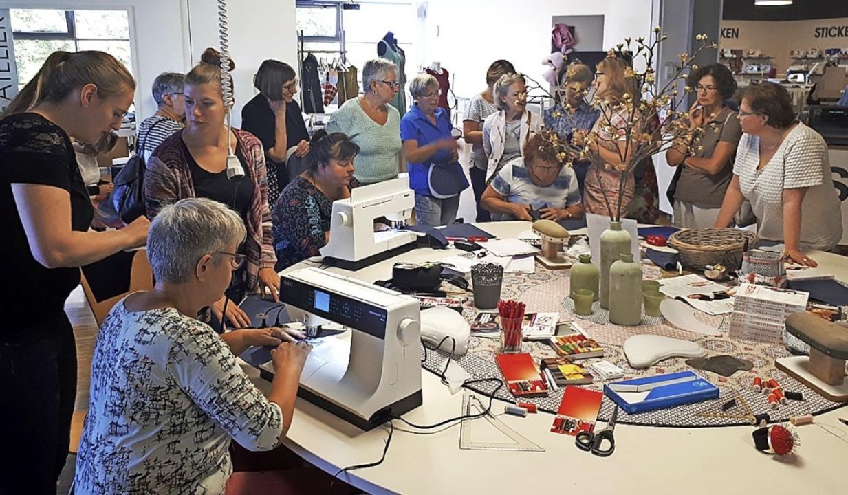 Spaß am runden Tisch während der Hausmesse     Foto: Hild Nähmaschinen