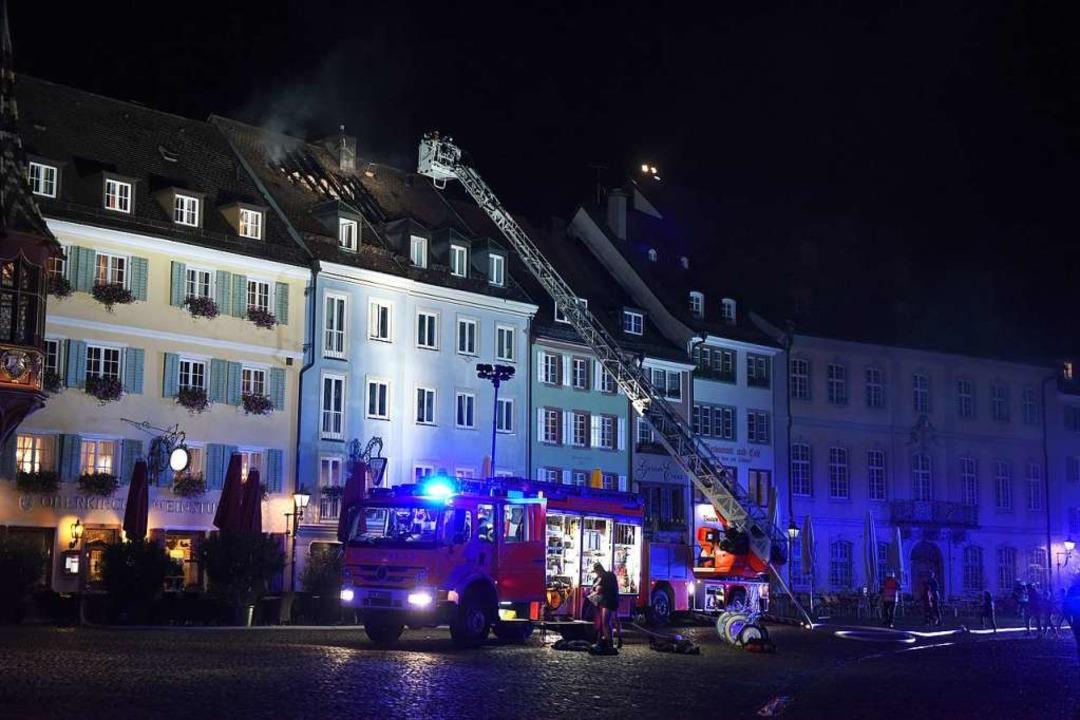 Der Dachstuhlbrand am Münsterplatz war... Aufgabe für die Freiburger Feuerwehr.  | Foto: Rita Eggstein