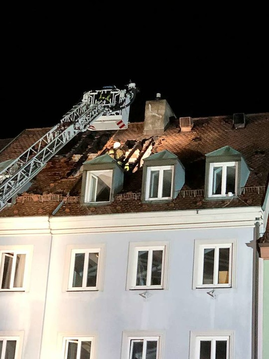 Die Wehrleute konnten ein Übergreifen ...mmen auf die Nachbarhäuser verhindern.  | Foto: Joachim Röderer