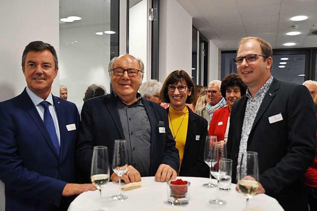 Gratulation zum neuen Gebäude  (von li...r, Erwin, Sonja und Amadeus Heitzmann.  | Foto: Rainer Ruther