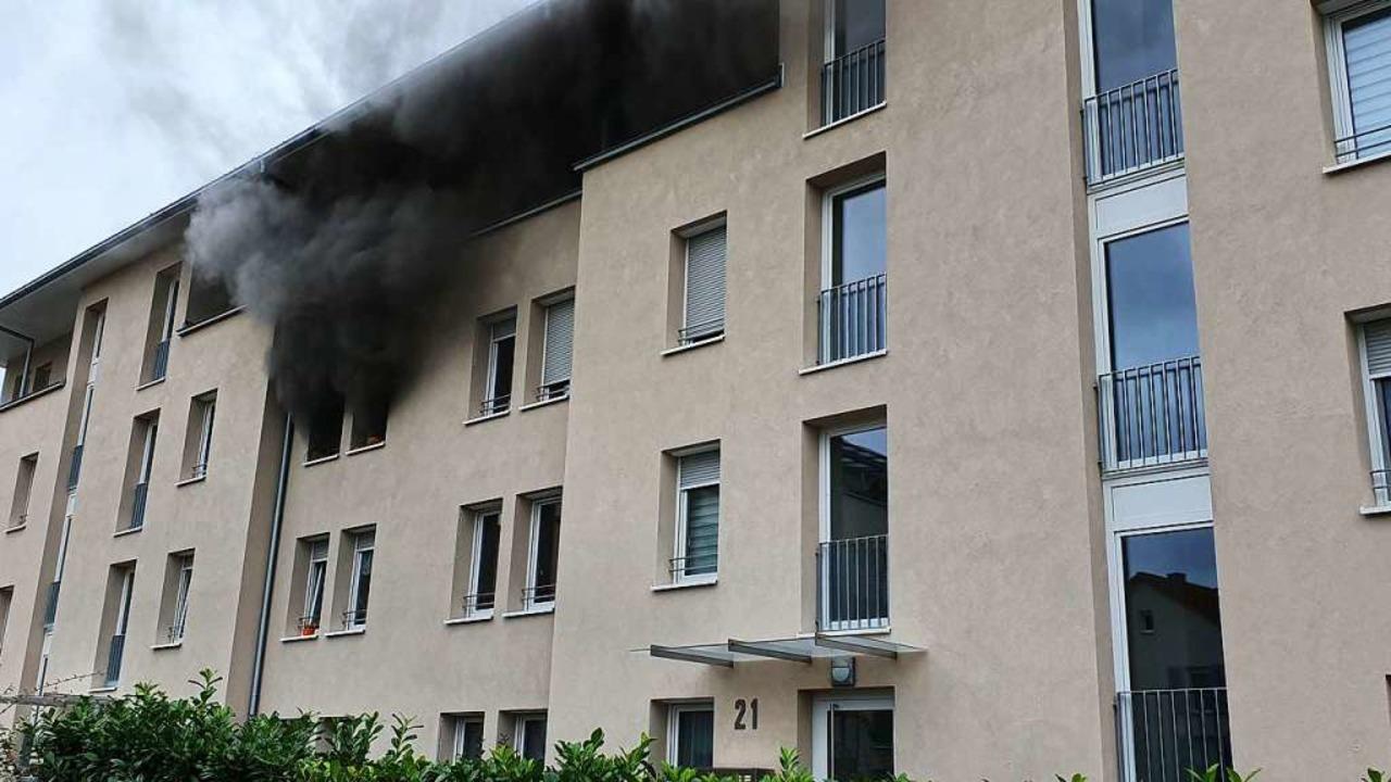 Rauchschwaden stiegen aus der Wohnung empor.  | Foto: Karl Kovacs