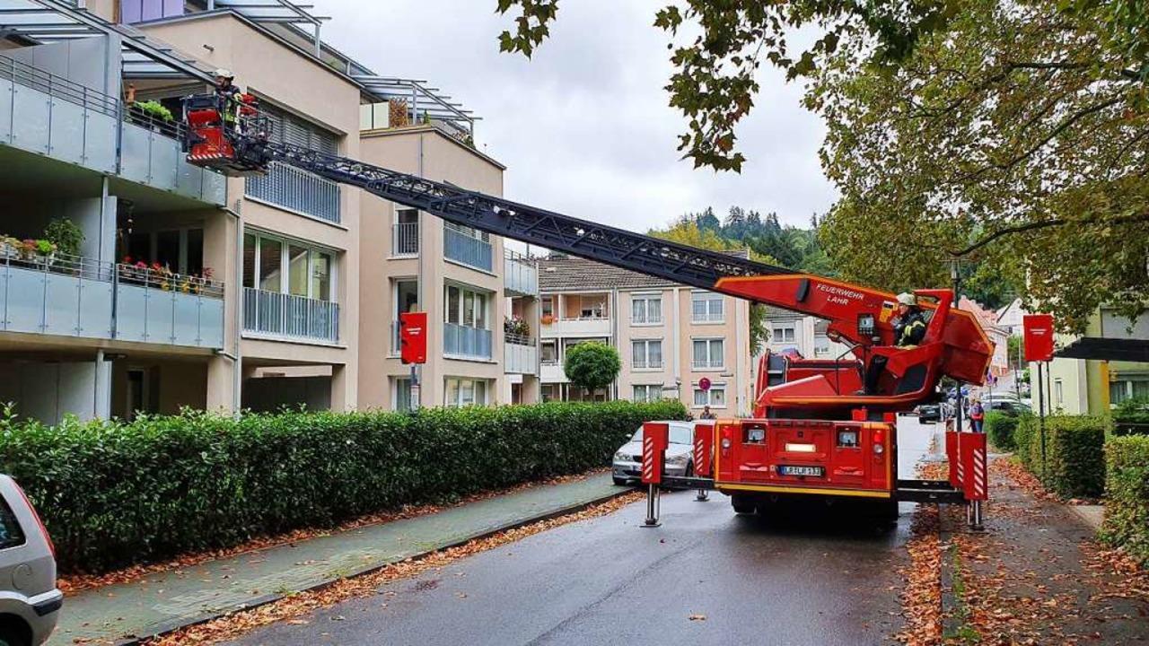 Die Feuerwehr war mit der Drehleiter im Einsatz.  | Foto: Karl Kovacs