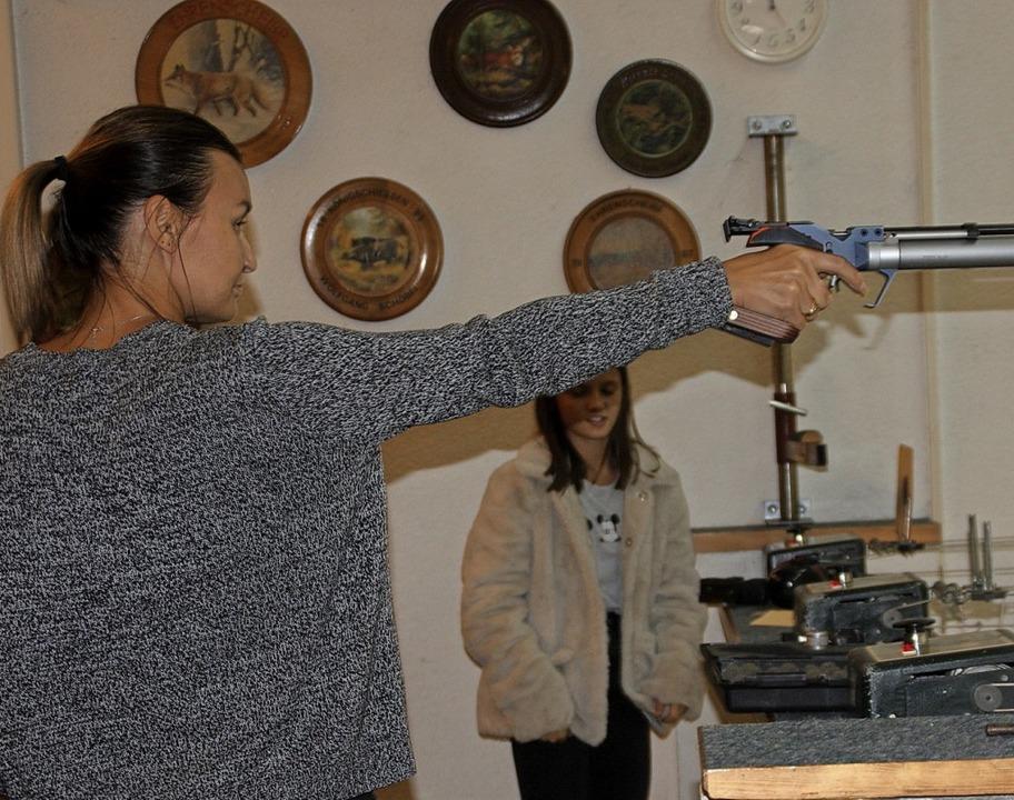 Bei der Schützengemeinschaft  war am v...n Kurzwaffen wurden  eifrig getestet.   | Foto: Gerd Leutenecker