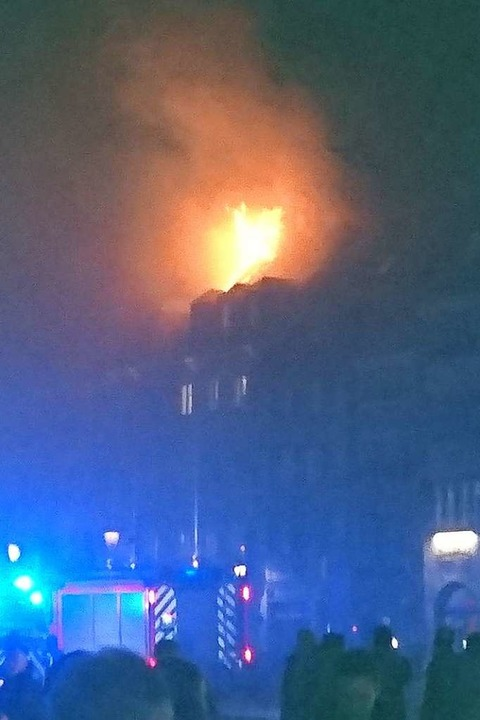 Kurz zuvor: der Dachstuhl brennt lichterloh. Foto von BZ-Leser Jörg Richter.  | Foto: Jörg Richter
