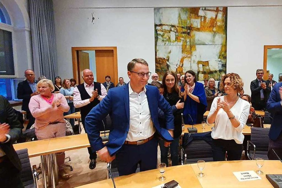 Marion Ibert gratuliert ihrem Mann Markus zum wahlsieg. (Foto: Karl Kovacs)