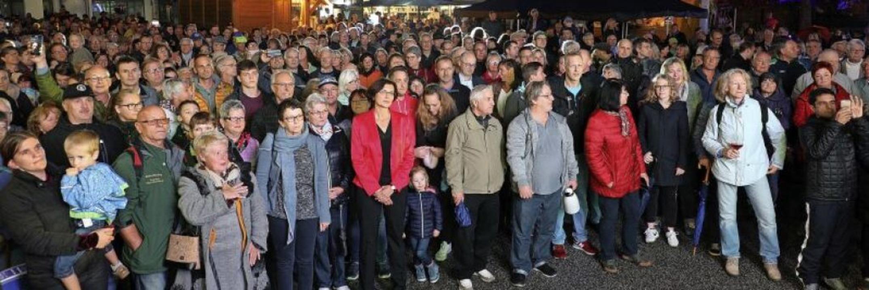 Viele Bürgerinnen und Bürger verfolgte...e die unterlegene Christine Buchheit.   | Foto: Christoph Breithaupt